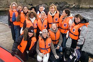 Minnie på båttur med jentene